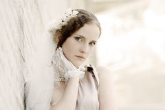 Девушка с цветком в ее волосах стоковые изображения rf