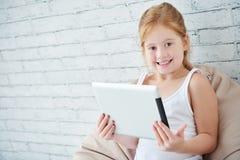Девушка с цифровой таблеткой Стоковое Изображение RF