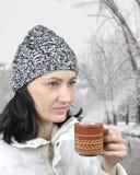 Девушка с чашек чаю в парке города, Стоковая Фотография RF