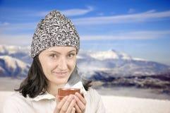 Девушка с чашек чаю Стоковые Фото