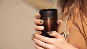Девушка с чашкой кофе и темный ый-зелен, хаки маникюр Концепция маникюра и осени конец вверх сток-видео