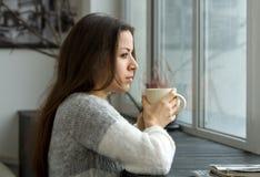 Девушка с чашкой стоковое изображение
