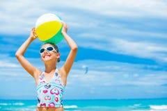 Девушка с шариком на пляже Стоковое фото RF