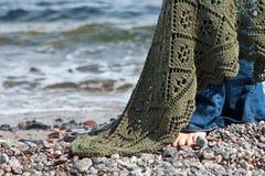 Девушка с шалью на пляже моря Стоковая Фотография
