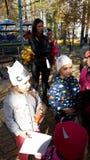 Девушка с шляпой кота Девушка с листьями carousel стоковая фотография