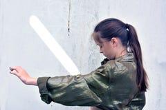 Девушка с шпагой лазера стоковые изображения