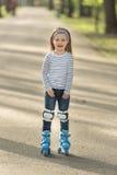Девушка с шлемом и коньки в переулке Стоковое Изображение RF