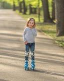 Девушка с шлемом и коньки в переулке Стоковая Фотография