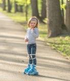 Девушка с шлемом и коньки в переулке Стоковые Изображения