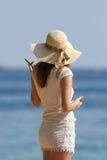 Девушка с шляпой на пляже Стоковые Изображения RF