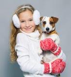 Девушка с щенком в одеждах зимы Стоковая Фотография