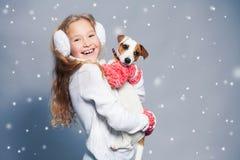 Девушка с щенком в одеждах зимы Стоковое Фото