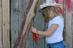 Девушка с щеткой с красной краской, Стоковые Изображения