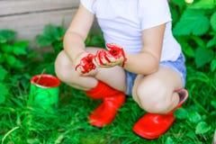 Девушка с щеткой с красной краской, Стоковое фото RF