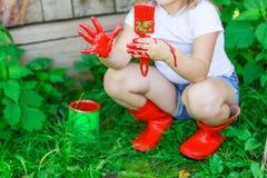Девушка с щеткой с красной краской, Стоковые Фотографии RF