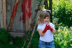 Девушка с щеткой с красной краской, Стоковая Фотография