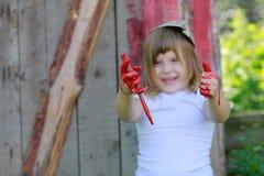 Девушка с щеткой с красной краской, Стоковые Изображения RF