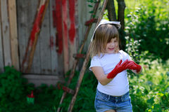 Девушка с щеткой с красной краской, Стоковая Фотография RF