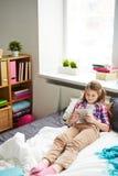 Девушка с электронной книгой Стоковое Фото