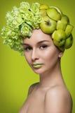 Девушка с яблоками и цветками Стоковая Фотография