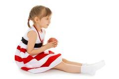 Девушка с Яблоком в руках Стоковая Фотография