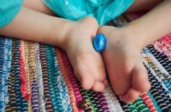 Девушка с яичками шоколада пасхи Стоковое Фото