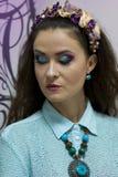 Девушка с ярким составом акварели и венок на ее голове Стоковое Фото