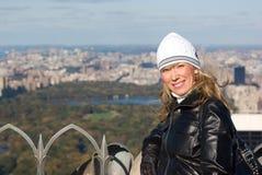 Девушка с Central Park в предпосылке Стоковое Изображение RF