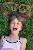 Девушка с cornflowers в ее смеяться над волос эмоциональный Стоковые Изображения