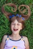 Девушка с cornflowers в ее смеяться над волос эмоциональный Стоковые Изображения RF