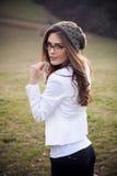 Девушка с eyeglasses и крышкой wooll стоковое фото rf