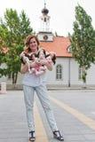 Девушка с handmade куклами в парке стоковые изображения