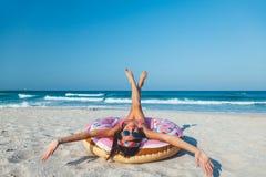 Девушка с lilo донута на пляже стоковые фотографии rf