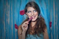 Девушка с lolly льда и цветками в ее волосах стоковая фотография