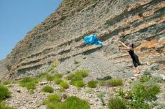 Девушка с pareo в горах Стоковые Фото