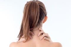 Девушка с ponytail стоимость поворачивая вашу заднюю часть к камере и задерживая руки за концом шеи Стоковое фото RF