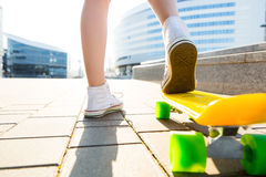 Девушка с shortboard скейтборда пенни Стоковые Изображения