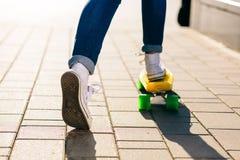 Девушка с shortboard скейтборда пенни Стоковые Фото