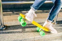 Девушка с shortboard скейтборда пенни Стоковая Фотография RF