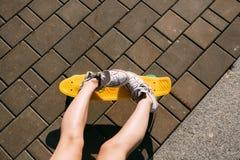 Девушка с shortboard скейтборда пенни Стоковая Фотография
