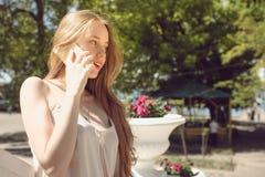 Девушка с smartphone Стоковое фото RF