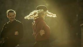 Девушка танцев при человек наблюдая ее, милые отношения, пары в влюбленности, запальчиво пары в грузинских горах, хорошую погоду Стоковые Фото