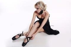 Девушка танцора балерины с светлыми волосами в роскошных танцах одевает Стоковые Фото