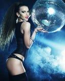 Девушка танцора в дыме с шариком диско стоковое фото