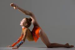 Девушка танцора делая позицию гимнастики backbend Стоковые Изображения RF