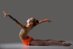 Девушка танцора делая тренировку гимнастики backbend Стоковые Изображения RF