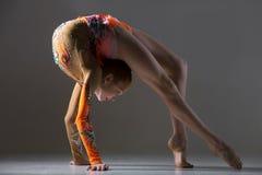 Девушка танцора делая тренировку моста Стоковые Изображения RF