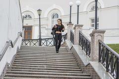 Девушка танцора наслаждаясь музыкой используя мобильный телефон Стоковое Фото