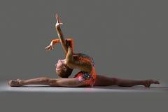 Девушка танцора сидя в разделениях Стоковые Изображения
