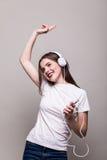 Девушка танцуя и слушая к музыке стоковое изображение